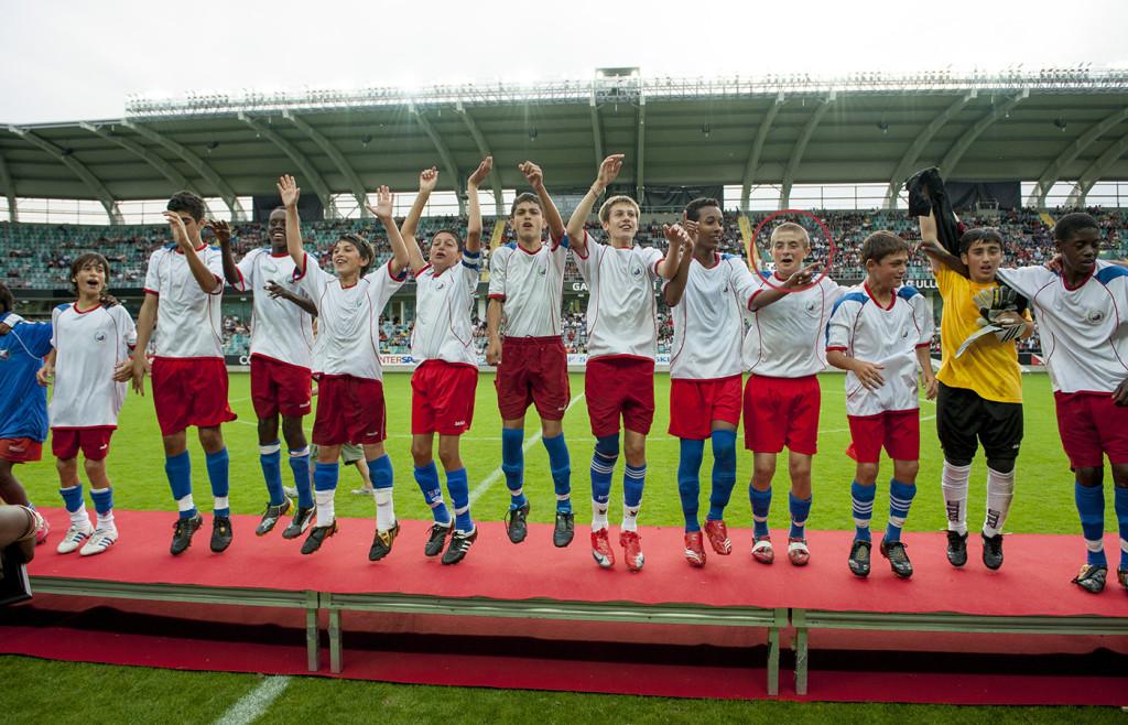 Överlyckliga spelare i Lärje/Angered firar finalsegern 2009. Josef Hällgren Abdulrahman (inringad) är en av hjältarna. Foto: NILS JAKOBSSON